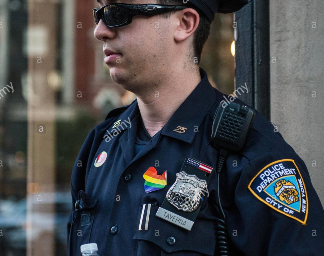 police-officer-at-gay-pride-parade-in-new-york-city-ny-2016-G7Y1TX
